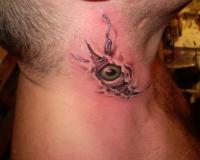 Татуировка шрама и глаза на шее мужчины.